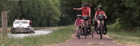 © Une famille à vélo
