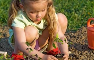 Petite fille qui jardine 700px