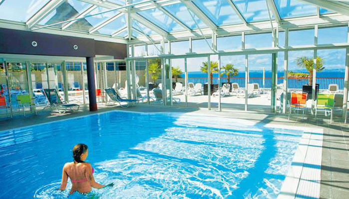 Locations avec piscine couverte kid friendly for Camping bretagne piscine couverte