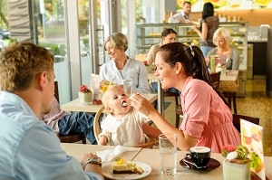 manger avec des enfants