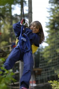 enfant tyrolienne parc aventure des lacs