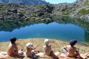 enfant montagne lac